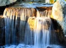 Kalla uppfriskande aftonvattenfall Arkivbilder
