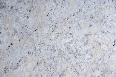 Kallade den naturliga vita stenen för bakgrund med svarta prickar, granit fantastisk vit royaltyfria bilder
