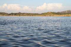 Kallar Kahar jezioro z chmurami Zdjęcia Royalty Free