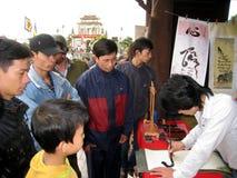 Kalligrafen die de kunstbrieven schrijven Stock Afbeelding