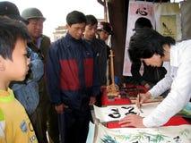 Kalligrafen die de kunstbrieven schrijven Stock Fotografie