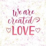 Kalligrafibokstäver av skapas vi för förälskelse i rosa färger på dekorerad vit rosa gul bakgrund med hjärtor royaltyfri foto