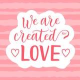 Kalligrafibokstäver av skapas vi för förälskelse i rosa färger på dekorerad vit rosa randig bakgrund med hjärtor fotografering för bildbyråer