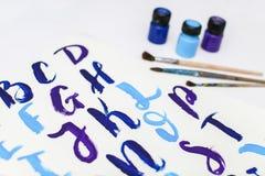 Kalligraphie, die das Alphabet gezeichnet mit trockener Bürste beschriftet Briefe von englischem ABC geschrieben mit Pinsel stockbild