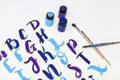 Kalligraphie, die das Alphabet gezeichnet mit trockener Bürste beschriftet Briefe von englischem ABC geschrieben mit Pinsel stockfotos