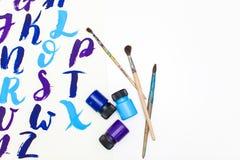 Kalligraphie, die das Alphabet gezeichnet mit trockener Bürste beschriftet Briefe von englischem ABC geschrieben mit Pinsel lizenzfreie stockbilder
