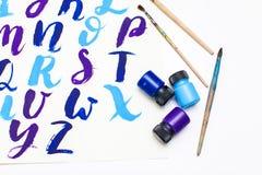Kalligraphie, die das Alphabet gezeichnet mit trockener Bürste beschriftet Briefe von englischem ABC geschrieben mit Pinsel stockfoto