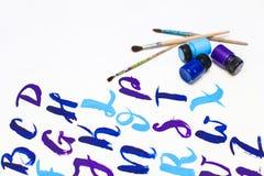 Kalligraphie, die das Alphabet gezeichnet mit trockener Bürste beschriftet Briefe von englischem ABC geschrieben mit Pinsel lizenzfreie stockfotos