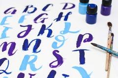 Kalligraphie, die das Alphabet gezeichnet mit trockener Bürste beschriftet Briefe von englischem ABC geschrieben mit Pinsel lizenzfreies stockfoto