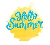 Kalligraphie mit dem Phrase hallo Sommer und gelben der Aquarellsonne Übergeben Sie gezogene Beschriftung 3d in der Art, lokalisi Stockfotos