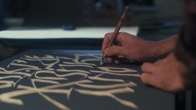 kalligraphie schreibkünstler Kunst Schreibkünstler schreibt Segeltuchstift stock video footage