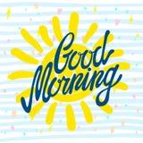 Kalligraphische Aufschrift des gutenmorgens und von Hand gezeichnete gelbe Sonne auf einem weißen Hintergrund mit Beschaffenheit, Lizenzfreie Stockfotografie
