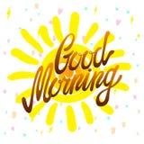 Kalligraphische Aufschrift des gutenmorgens und von Hand gezeichnete gelbe Sonne auf einem weißen Hintergrund mit Beschaffenheit, Lizenzfreie Stockbilder