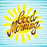 Kalligraphische Aufschrift des gutenmorgens und von Hand gezeichnete gelbe Sonne auf einem weißen Hintergrund mit Beschaffenheit, Lizenzfreies Stockbild