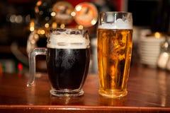 Kallt öl i exponeringsglas royaltyfri fotografi