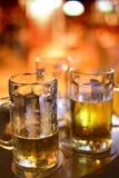 Kallt öl i halva liter Arkivbilder