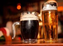 Kallt öl med skum royaltyfria bilder