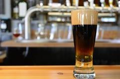 Kallt öl på stången Royaltyfria Bilder