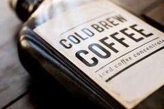 Kallt brygdkaffe i en flaska arkivbilder