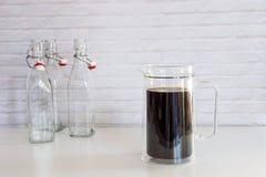 Kallt brygdkaffe i en stor glass krus, hur man gör kall brygdcoffe fotografering för bildbyråer