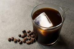 Kallt brygdkaffe med is arkivbild