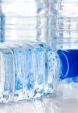 Kallt buteljerat vatten arkivfoto