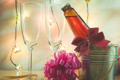 Kallt Champagne och exponeringsglas förbereder sig för beröm Stearinljuset är ligh Arkivfoton