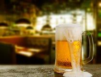 kallt exponeringsglas med öl royaltyfri foto
