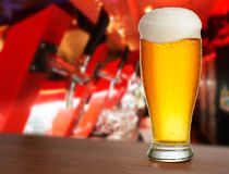 kallt exponeringsglas med öl royaltyfria foton