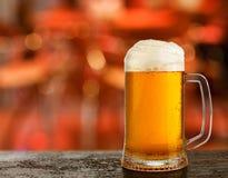 kallt exponeringsglas med öl royaltyfria bilder