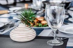 Kallt exponeringsglas på den äta middag tabellen arkivfoto