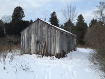 Kallt gammalt skjul i snö Royaltyfri Foto