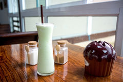 Kallt grönt te på trätabellen Royaltyfria Foton