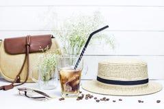 Kallt kaffe bland sommartillbehör fotografering för bildbyråer