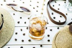 Kallt kaffe bland sommartillbehör royaltyfri fotografi