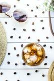 Kallt kaffe bland sommartillbehör arkivbilder