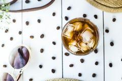 Kallt kaffe bland sommartillbehör royaltyfri foto