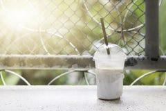 Kallt kaffe förläggas av fönstret royaltyfria foton