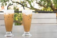 Kallt kaffe på trätabellen för par av förälskelse royaltyfria foton