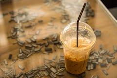 Kallt kaffe rånar förlagt på en exponeringsglastabell thailand royaltyfria foton