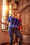 Kallt kvinnligt utföra för höft-flygtur dansare Arkivbilder