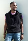 Kallt le för ung man för afrikansk amerikan royaltyfria foton