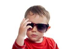 Kallt litet barn med solglasögon Arkivfoton