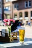 Kallt ljust öl i exponeringsglaset i gatakafé fotografering för bildbyråer