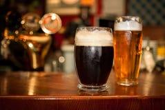 Kallt mörkt öl i exponeringsglas royaltyfria bilder