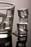 Kallt rent vatten med is royaltyfri foto