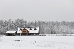 Kallt snöig vinterlandskap av lantliga hem Fotografering för Bildbyråer