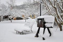 Kallt snöig vinterlandskap av lantliga hem Arkivbilder