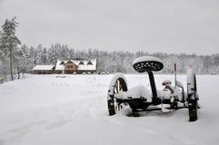 Kallt snöig vinterlandskap av lantliga hem Royaltyfri Foto