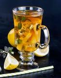 Kallt te med citronen, mintkaramellen och is Royaltyfria Bilder